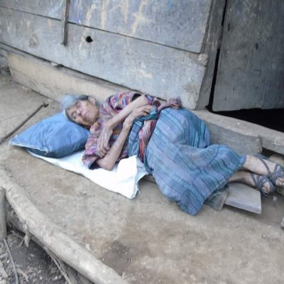 Hipotecó su casa para que su hijo estudiara; ahora vive en la calle