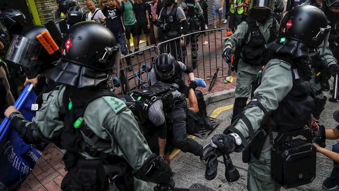 Foto: La policía antidisturbios arresta a un manifestante durante las protestas en Hong Kong, 13 octubre 2019