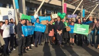 Activistas y simpatizantes celebran la ley aprobada en el Parlamento Escocés, 03 octubre del 2019 (Twitter @scotwomensaid)