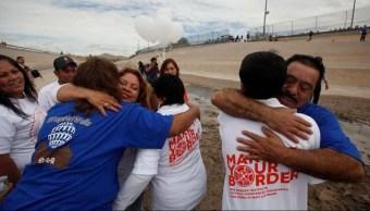 Foto: Familiares se rencuentran en el paso fronterizo, 26 de octubre de 2019, (Twitter @ElHorizontemx)|
