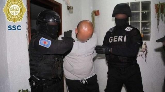 """Foto: Policías trasladan a Jorge 'N', alias 'El cabezas' o """"El Richi"""". SSC"""