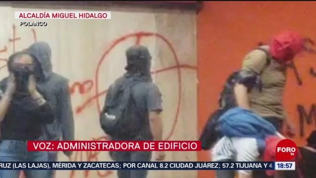 FOTO: Encapuchados vandalizan Embajada Chile México