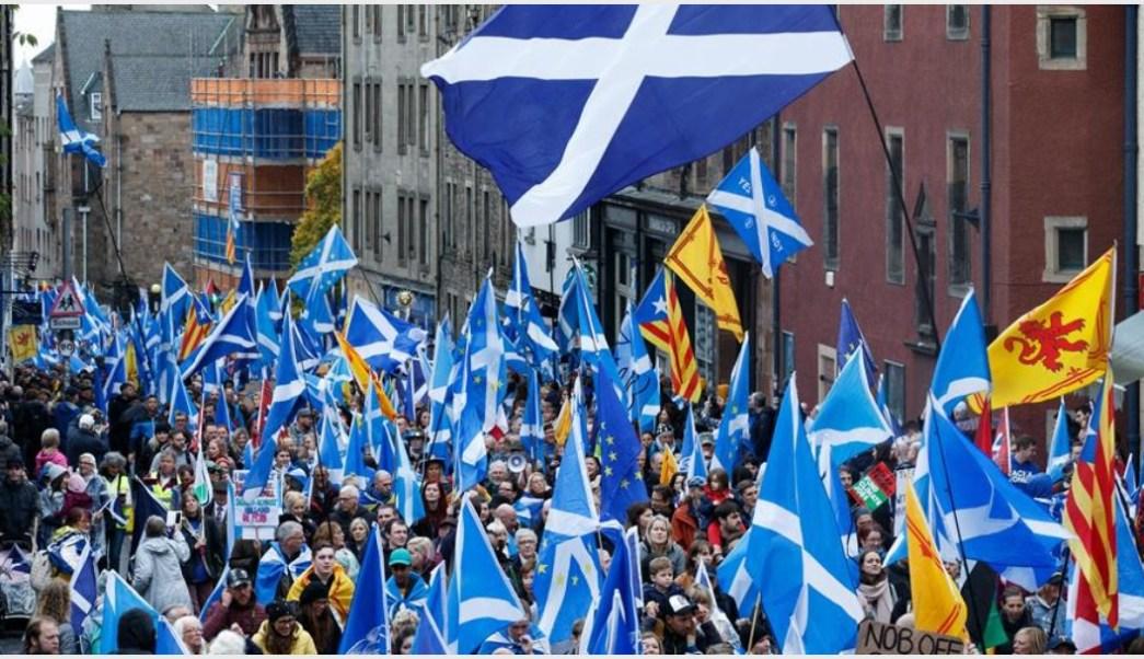 Foto: Miles salieron a las calles para exigir la Independencia de Escocia, 5 de octubre de 2019 (EFE)