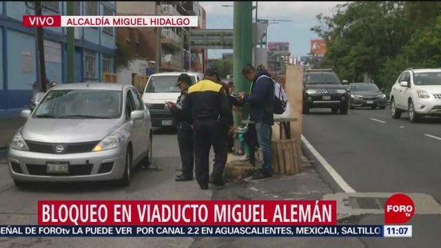 Familias desalojadas bloquean Viaducto Miguel Alemán