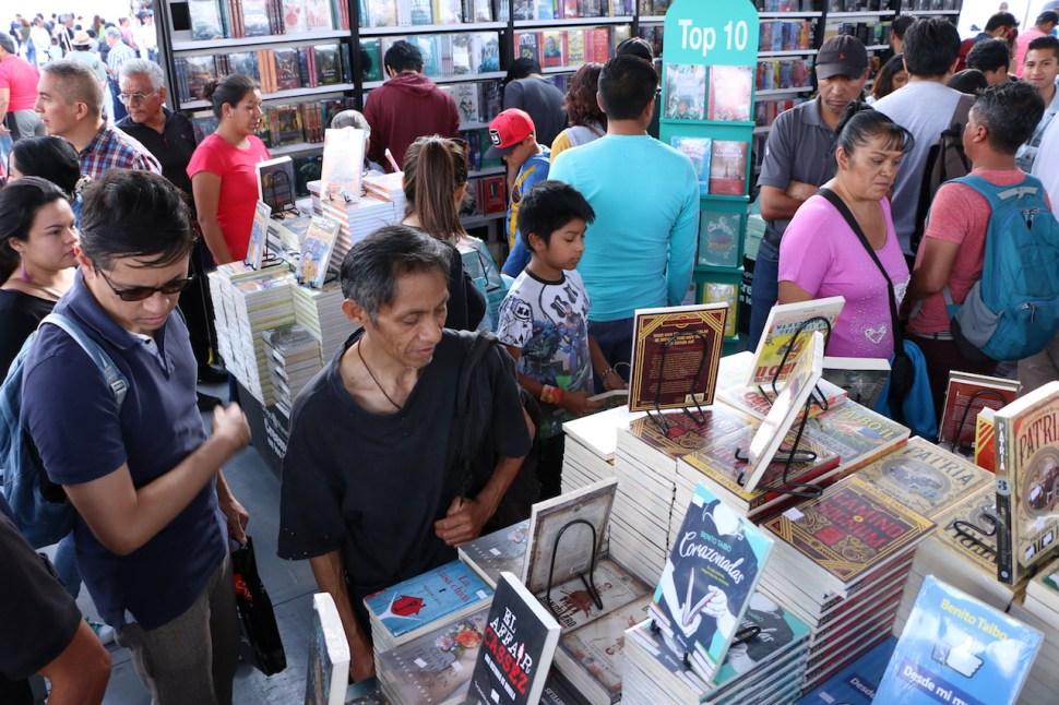 Visitantes a la XIX Feria del Libro en el Zócalo