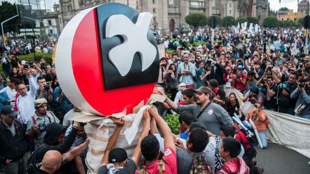 Foto: Integrantes del Comité 68 colocaron un antimonumento que conmemora el 50 aniversario de la matanza estudiantil de Tlatelolco en 1968, sobre la plancha del Zócalo. Cuartoscuro/Archivo