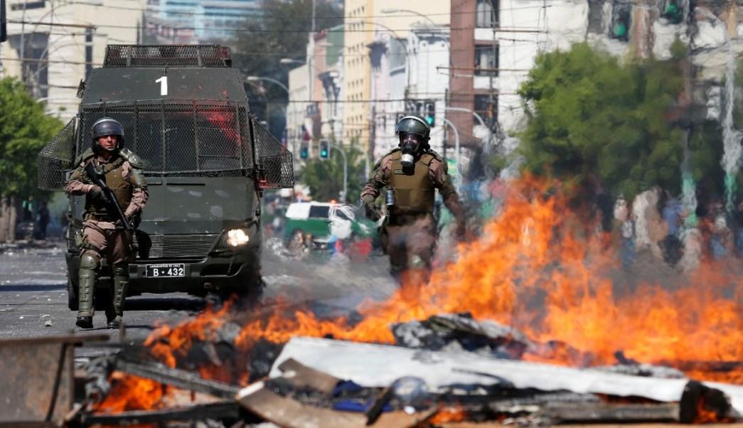Foto: Policías caminan cerca de una barricada en la ciudad de Valparaíso, Chile. Reuters