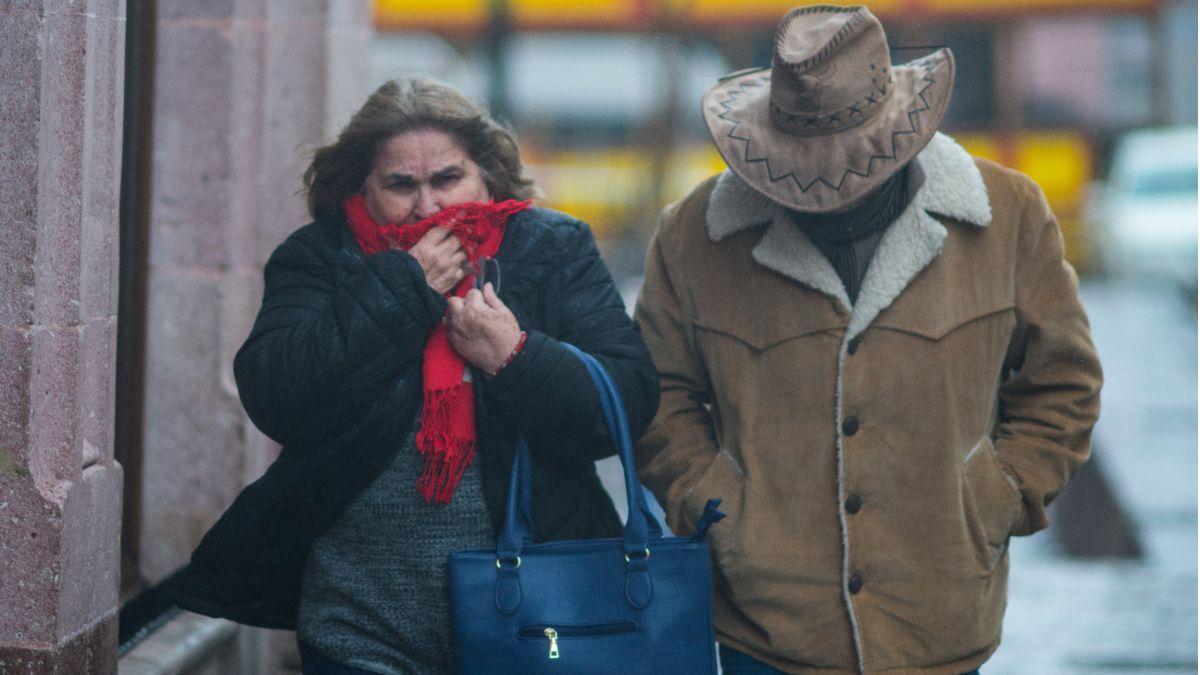 Fotos: Una mujer y un hombre se cubren el rostro por las bajas temperaturas. Cuartoscuro