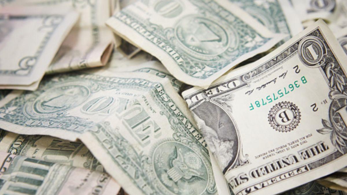 Foto: Billetes viejos y nuevos de un dólar estadounidense. Getty Images/Archivo