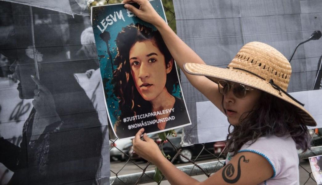 Foto: Un joven carga un cartel con el rostro de Lesvy Berlín. Cuartoscuro