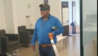 Foto: El sujeto, con un machete en mano y una supuesta bomba, tuvo como rehenes a varias personas. Twitter/@cabeceramx