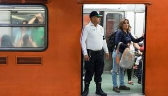 Foto: Un policía custodia la entrada del tren en la estación Hidalgo. Cuartoscuro