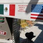 Foto: Una persona camina por el puerto de entrada de El Chaparral en Tijuana, México. Getty Images