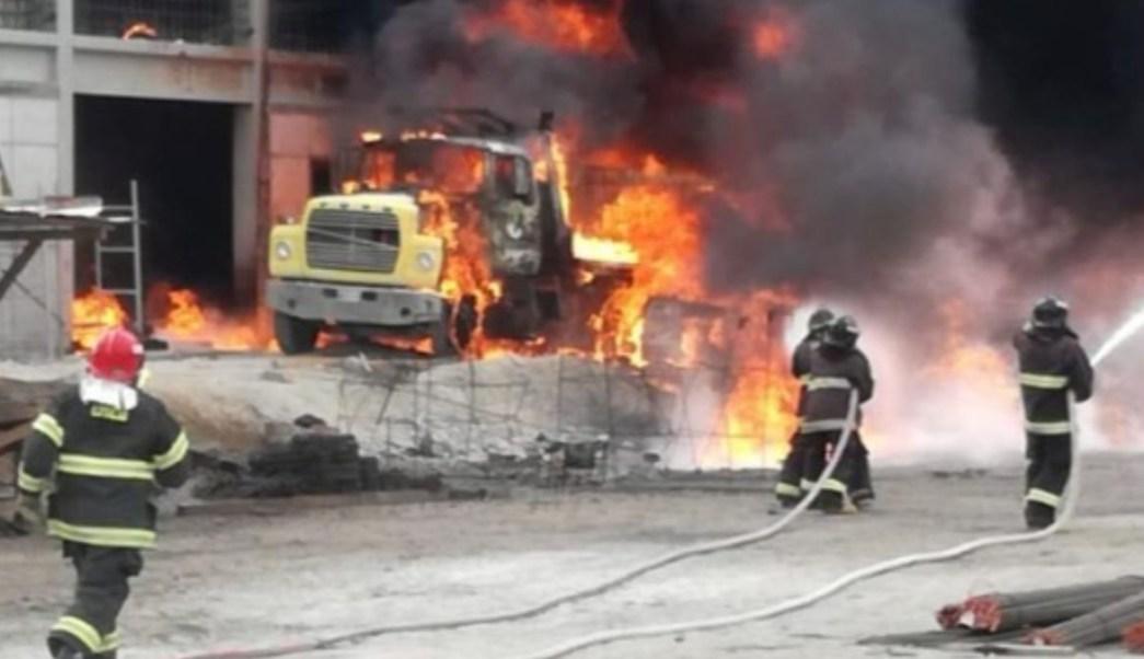 Foto: Bomberos de Puebla sofocaron el incendio de la pipa de diésel.. Twitter/@NoticiasTribuna