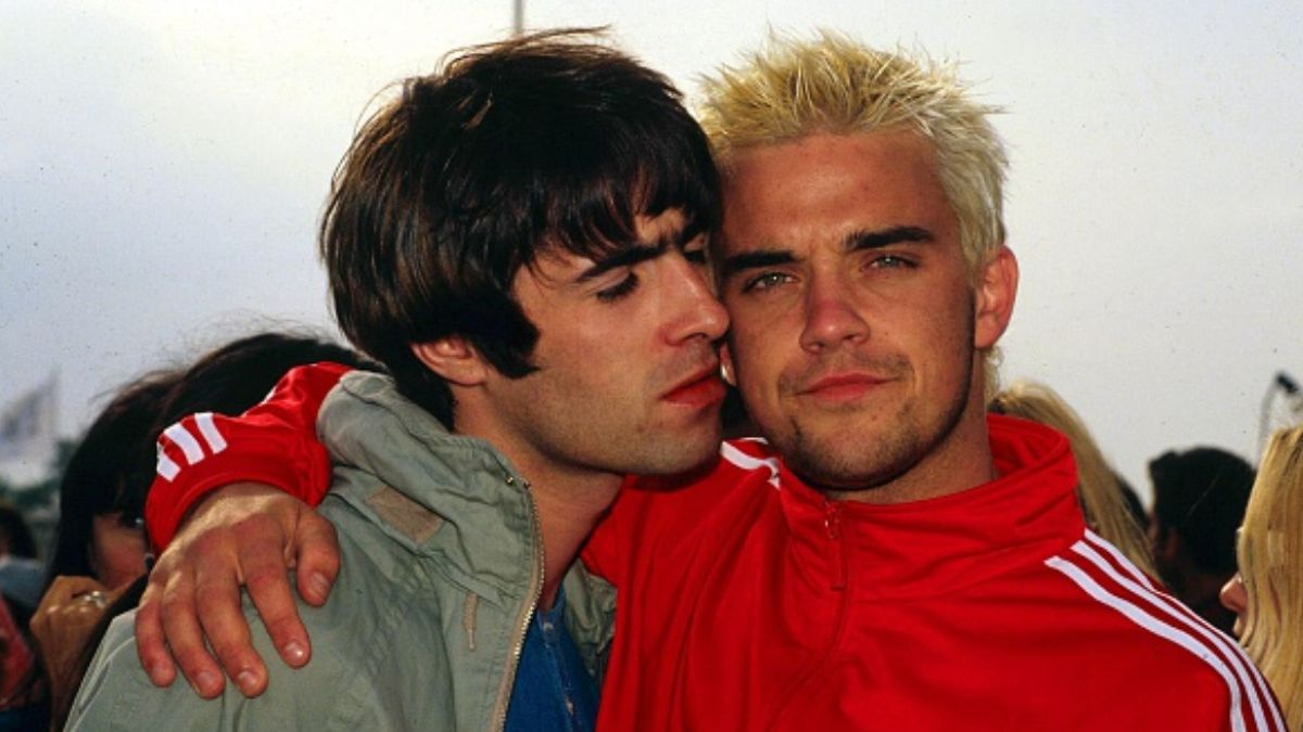 Foto: Liam Gallagher y Robbie Williams durante el Festival de Glastonbury 1995.