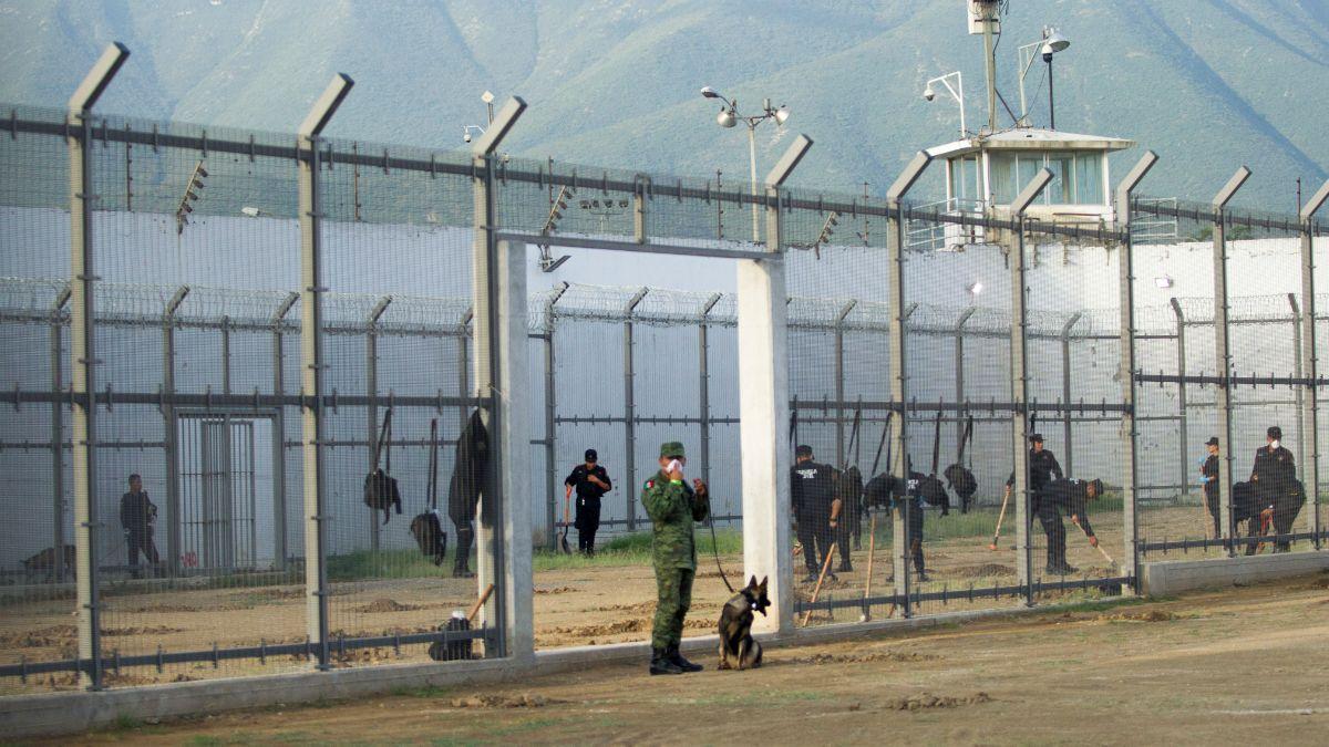 Foto: Militares custodian el expenal de Topo Chico, en Nuevo León. Cuartoscuro