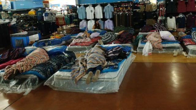 Foto: Empleados de Walmart dieron colchones para que la gente durmiera. Twitter/@sophiacarreon18