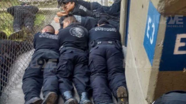 Custodios del penal de Atlacholoaya, Morelos, refugiados en el piso