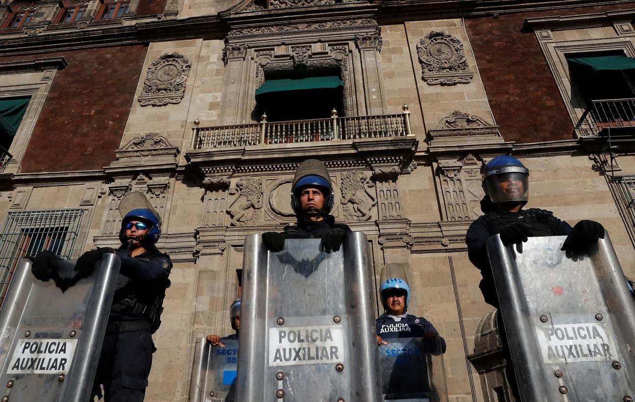 Policías custodian Palacio Nacional. Reuters