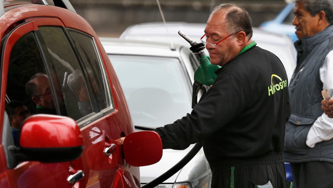 Foto: Verhículo cargando gasolina, 14 de enero de 2019, Ciudad de México