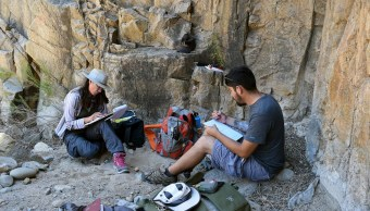 fOTO: Fotografía cedida por el INAH, que muestra a investigadores trabajando en sitios donde hallaron grabados rupestres, 23 octubre 2019