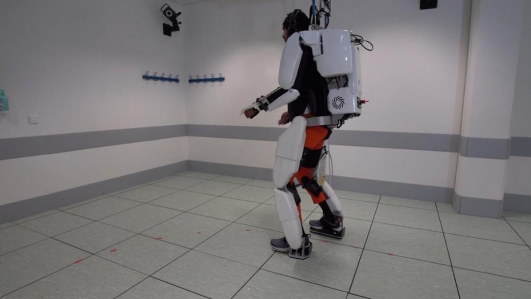 Foto: Hombre camina con exoesqueleto, 4 de octubre de 2019, Inlgaterra