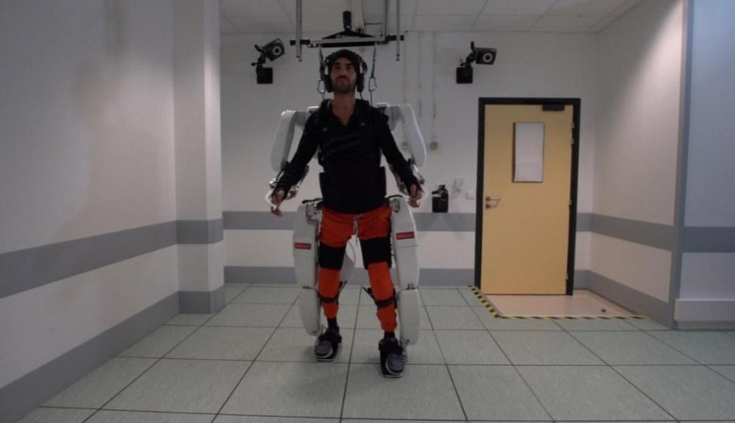 Foto: Hombre camina con exoesqueleto, 4 de octubre de 2019, Inglaterra