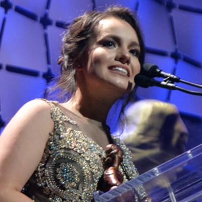 Sarita reaparece; recibe premio José José, Leyenda Viva