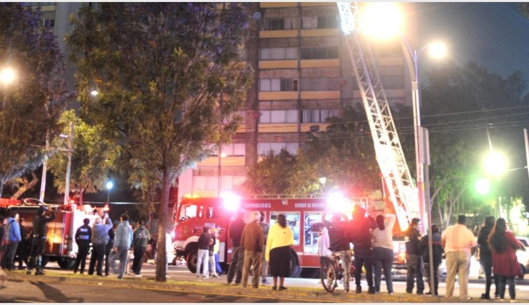 Foto: Bomberos de la CDMX laboran para apagar un incendio en el edificio Zacatecas, en la Unidad Habitacional Tlatelolco, 13 de octubre de 2019 (LUIS CARBAYO /CUARTOSCURO.COM)