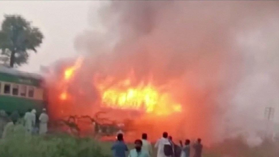 FOTO Incendio en un tren de Pakistán deja al menos 71 muertos