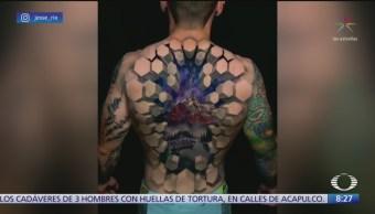 Increíble tatuaje en 3D transforma espalda de un hombre
