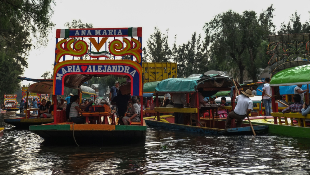 Imagen: Este sábado ninguno de los turistas que paseó en el embarcadero de Nueva Nativitas portó el chaleco salvavidas, 6 de octubre de 2019 (Andrea Murcia /Cuartoscuro.com)