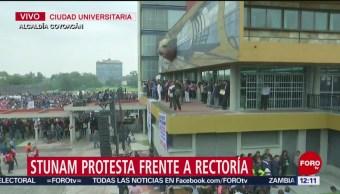 Integrantes de STUNAM protestan frente a Torre de Rectoría, en CU