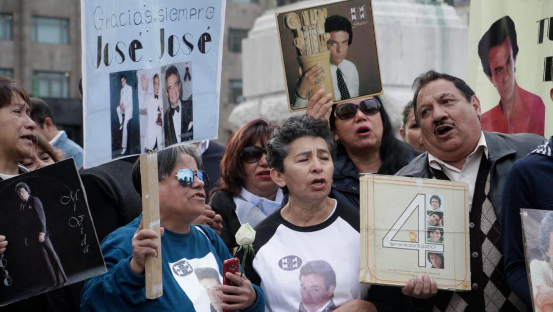 Foto: Fans cantan los éxitos de José José afuera del Palacio de Bellas Artes, 9 octubre 2019