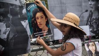Colectivos feministas acompañaron a los familiares afuera del reclusorio con pancartas, 4 octubre 2019