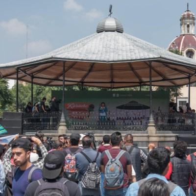 Cientos cantan en karaoke de José José en la Alameda Central de CDMX