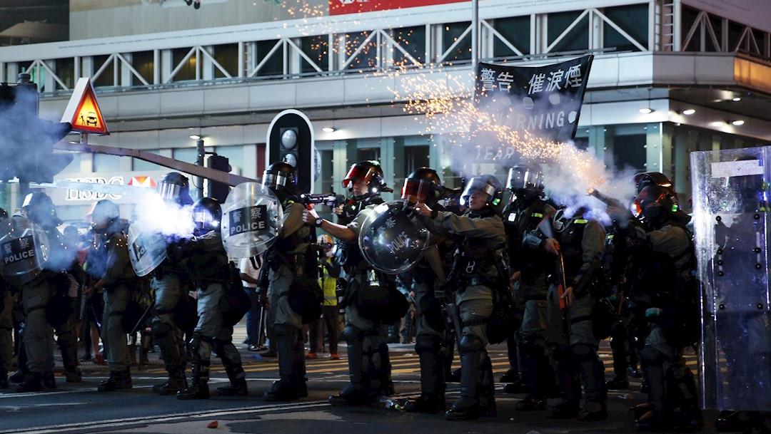La policía de Hong Kong disparando gas lacrimógeno para dispersar a la multitud. (EFE)