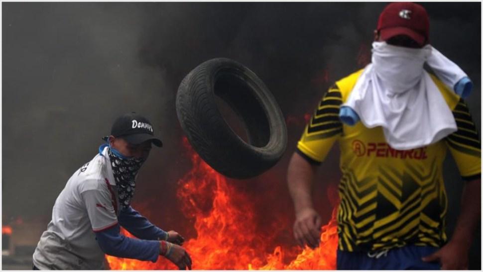 Foto: Manifestantes queman varias llantas mientras enfrentan a la policía cuando se cumplen 10 días de protestas contra el Gobierno este sábado, 12 de octubre de 2019 (EFE)
