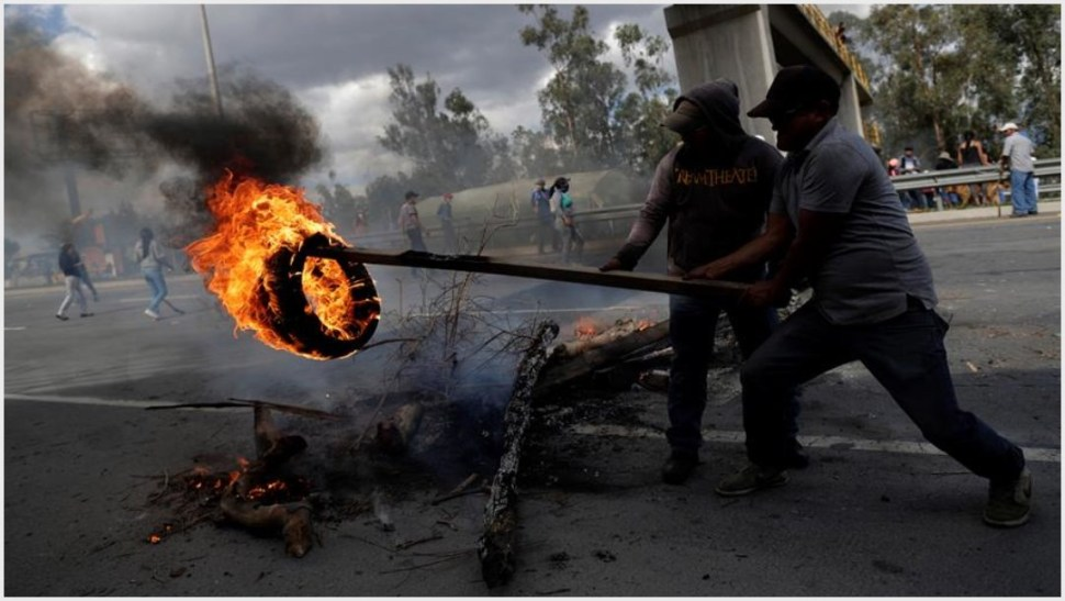 Foto: Inconformes con las medidas adoptadas por el gobierno prendieron fuego a varios objetos, 12 de octubre de 2019 (EFE)