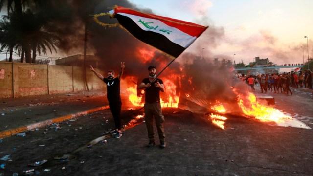 Foto:Un manifestante antigubernamental levanta una bandera de Irak durante una protesta en Bagdad, Irak, 4 octubre 2019