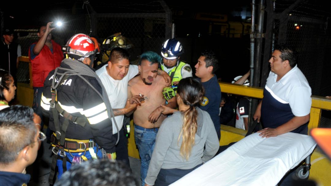 Foto: Ya fuera de peligro el hombre fue llevado en una patrulla hasta un hospital con custodia policiaca, 29 de octubre de 2019 (Luis Carbayo /Cuartoscuro.com)