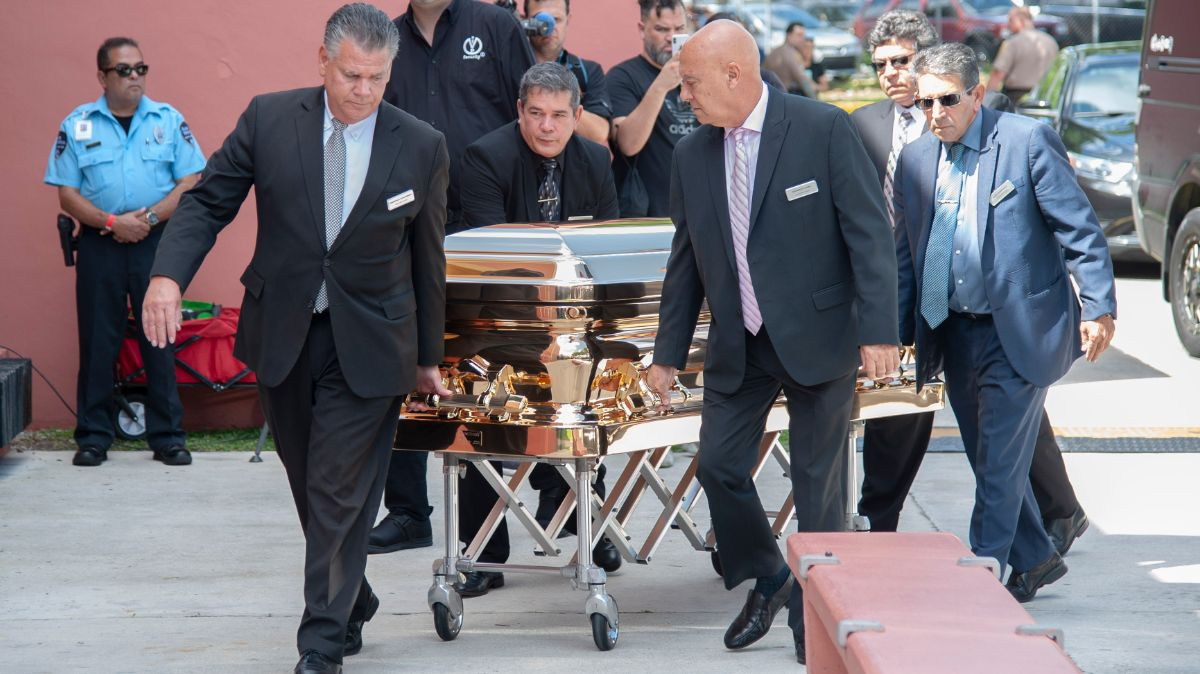 El féretro con los restos del cantante José José