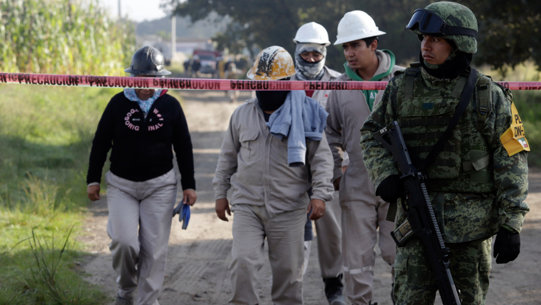 Foto: Trabajadores de Pemex cierran una fuga de gas en el municipio de Amozoc, Puebla, provocada por una toma clandestina, 10 octubre 2019