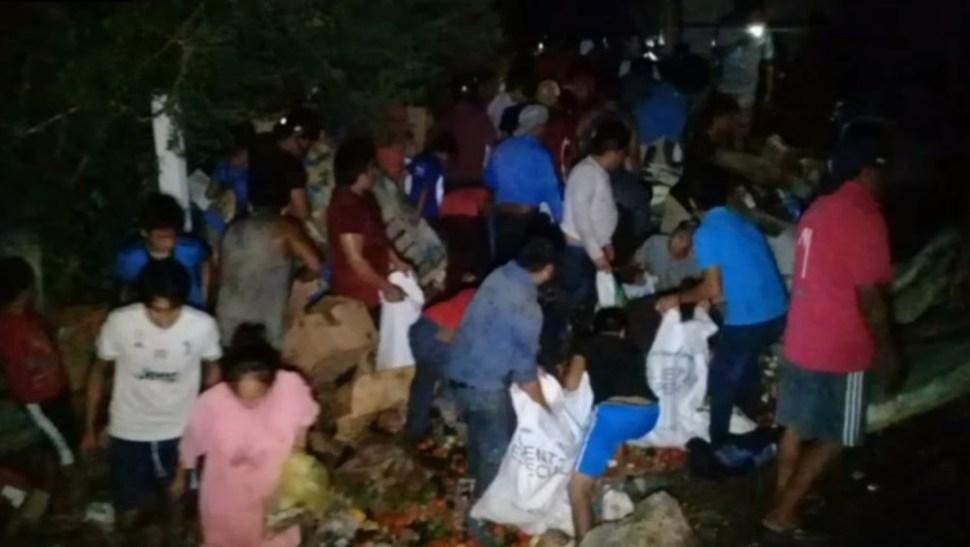Fotos: La caja del tráiler se abrió y toda la carga quedó tirada sobre el pavimento, a pesar de la oscuridad, niños, jóvenes y adultos hicieron actos de rapiña, 13 de octubre de 2019 (Noticieros Televisa)