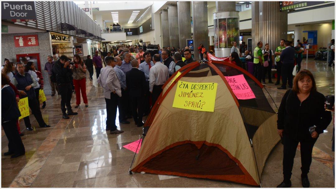 Foto: Taxistas montaron un campamento al interior de la Terminal 1, 7 de octubre de 2019 (FOTO: ARMANDO MONROY /CUARTOSCURO.COM)