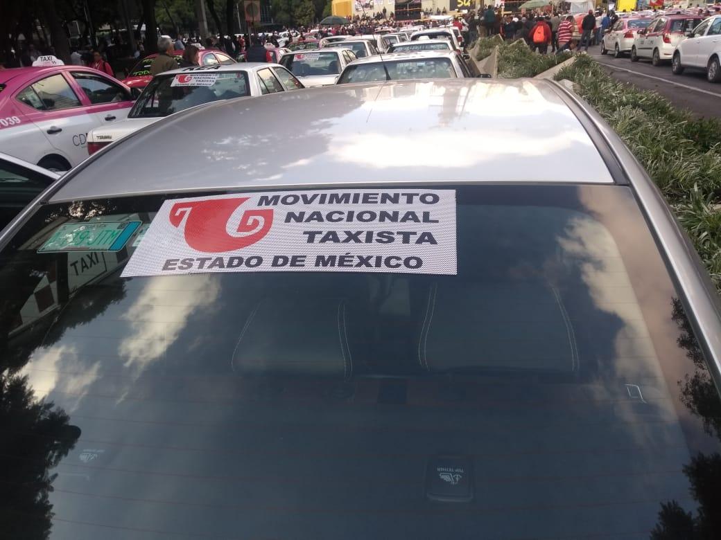 FOTO Taxistas procedentes de Indios Verdes llegan al Ángel de la Independencia (S. Servín)