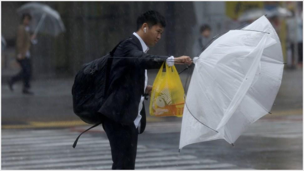 Foto: Habitantes de Japón sufren con los fuertes vientos provocados por el tifón Hagibis, |12 de octubre de 2019 (AP)
