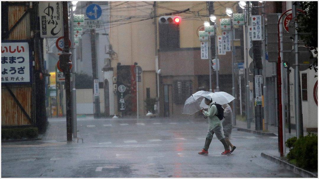 Foto: A pesar de las fuertes lluvias y vientos continuaron con sus actividades, 12 de octubre de 2019 (AP)