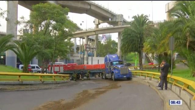 Tráiler descompuesto obstruye vialidad en la Álvaro Obregón