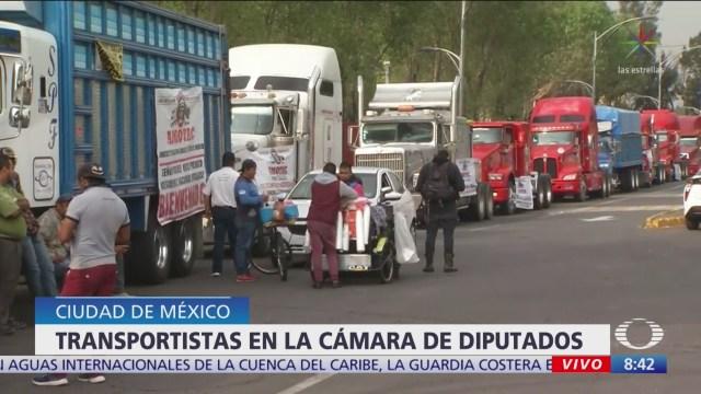 Transportistas se presentan a las afueras de la Cámara de Diputados